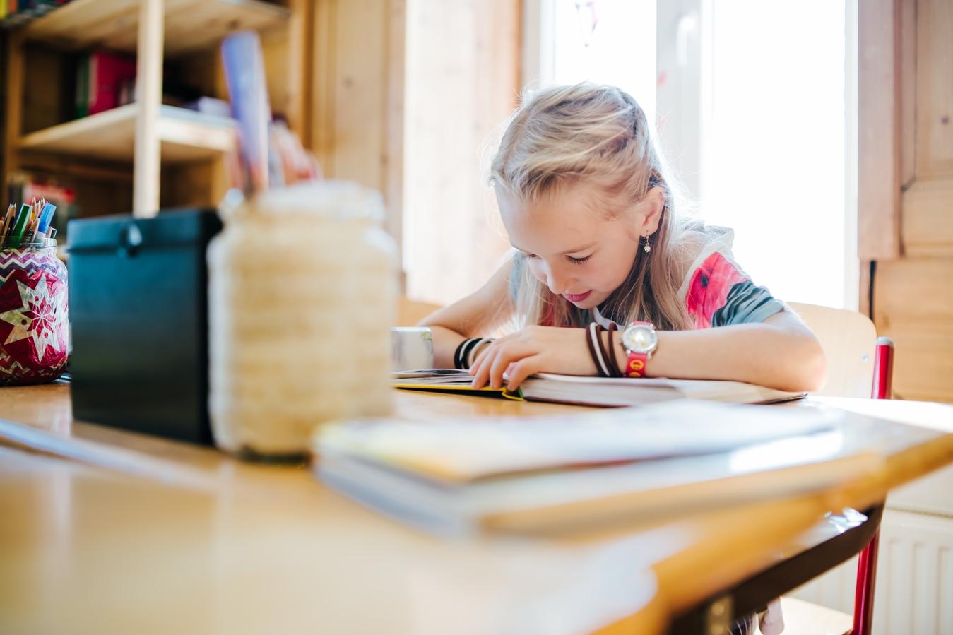 Kind in der CreaVita Primaria beim Lesen